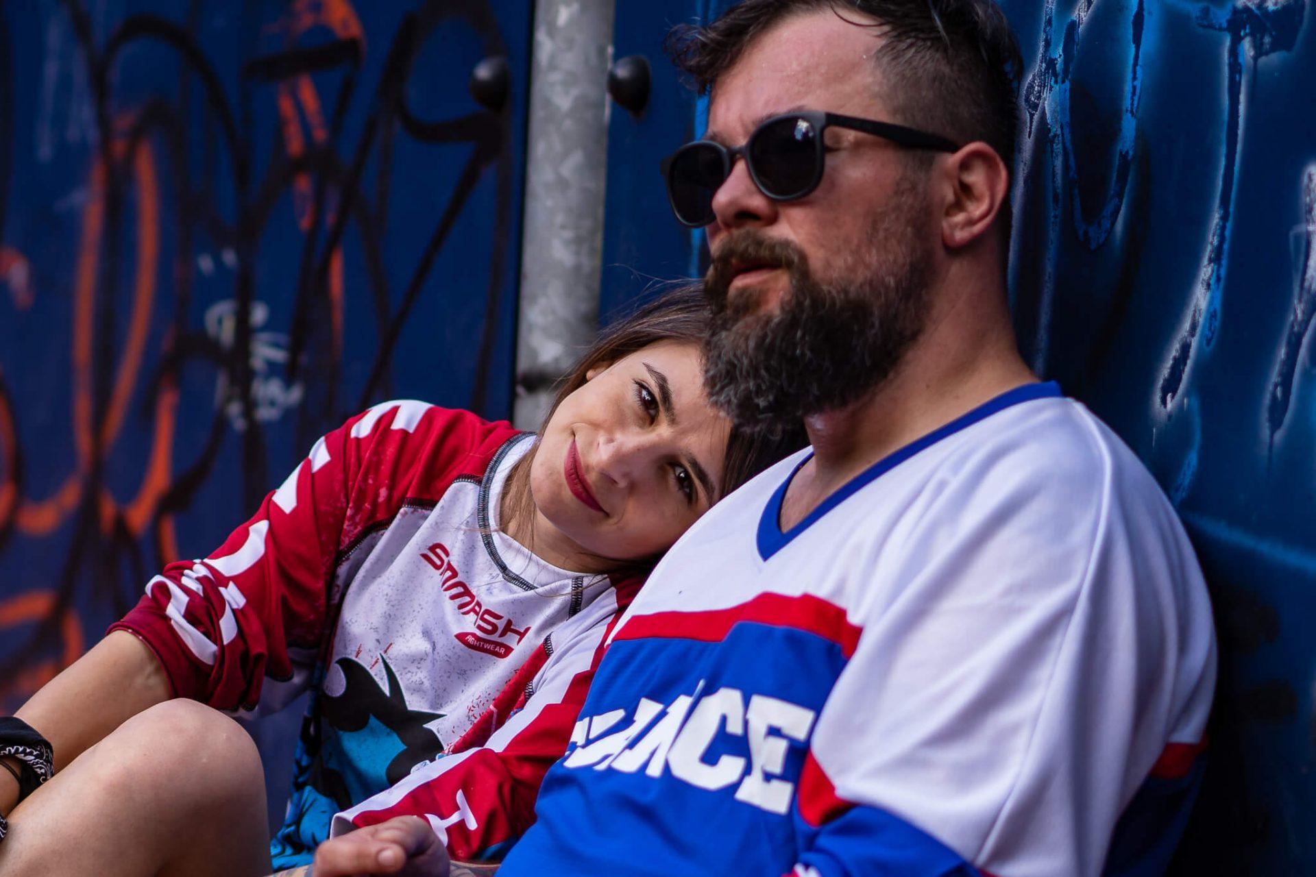 sedinta foto cuplu pe terenul de baschet