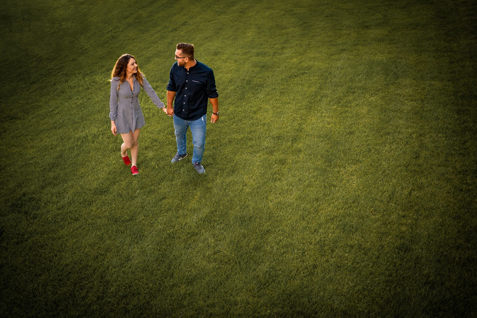 cuplu indragostit pe iarba la sedinta foto